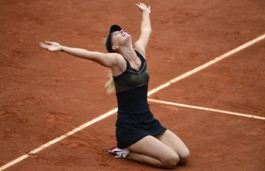 Maria Sharapova lève les bras après avoir remporté le tournoi de Roland-Garros en 2012.