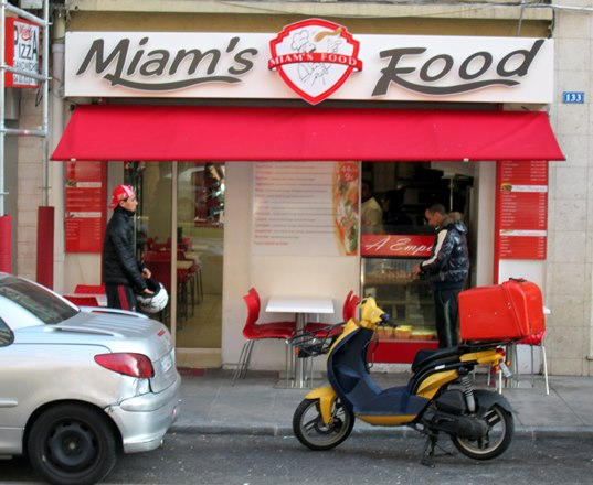 Ce casse-croûte de Nice (ici on dirait «snack») a une raison sociale en anglais.