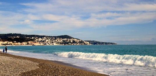 Le printemps traîne toujours les pieds à Nice, mais la baie des Anges est belle et les fleurs sont apparues.