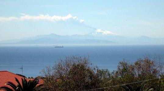 On peut voir, très nettement à certaines heures, l'Etna cracher sa fumée blanche.