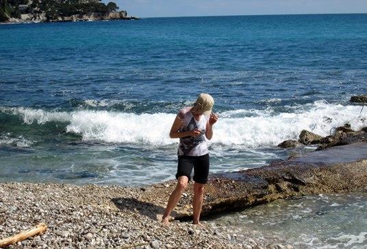 Ci-dessus, Lise sur la plage. Ci-dessous, Paul à Eze.