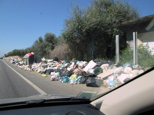 Partout le long du chemin, en ce beau lundi ensoleillé, de gros conteneurs débordaient de sacs de détritus.