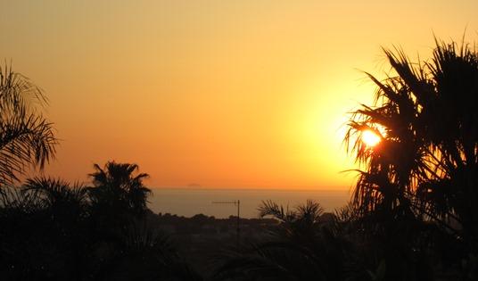 De notre terrasse, on peut admirer la belle côte calabraise, où se couche le soleil.