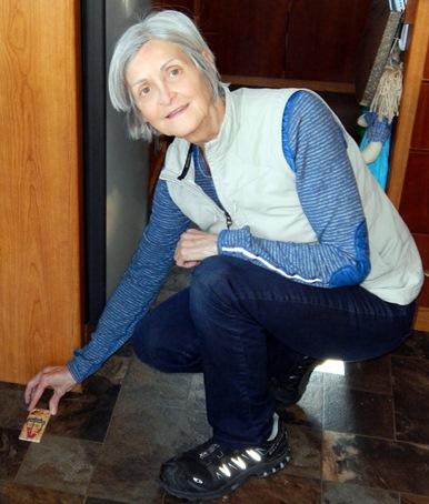 Lise place la trappe à souris.