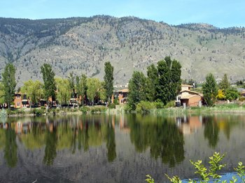 Les habitations du bord du lac ont beaucoup de charme.