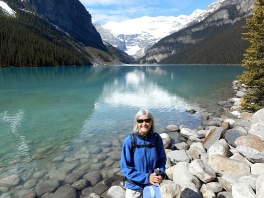 Le lac Louise est très beau avec sa couleur turquoise et le mont Victoria à l'horizon.