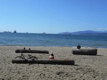 Les Vancouvérois ont accès, à deux pas de chez eux, à des plages où ils peuvent se baigner ou se faire dorer au soleil.