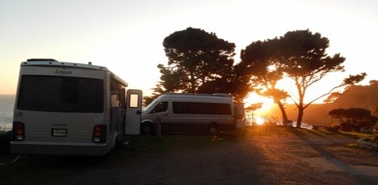 Camping avec vue sur la côte de la Californie.
