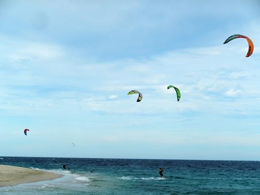 Los Barriles est considéré comme un paradis du kitesurf, appelé parfois en français planche volante.