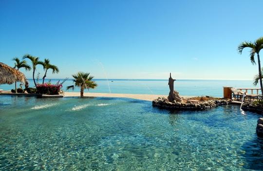 La piscine de l'hôtel Palmas de Cortez donne sur la plage et sur la mer.