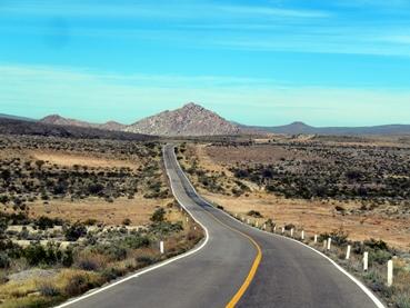 Une route étroite et interminable.