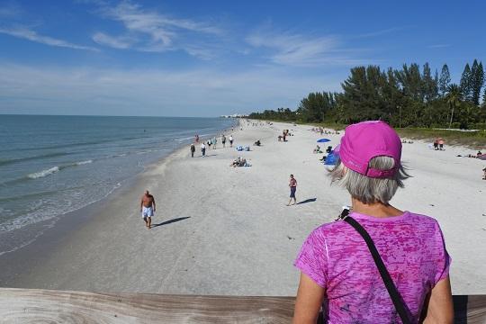 La plage était difficilement accessible.