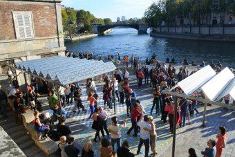 La mairie de Paris a redonné à ses citoyens les rives de la Seine que Pompidou avait données aux automobilistes. Ici, par un beau dimanche ensoleillé, des gens dansent le tango.