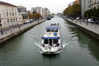 On peut parcourir le canal Saint-Martin en bateau.