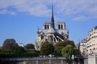 Vue arrière de Notre-Dame de Paris.