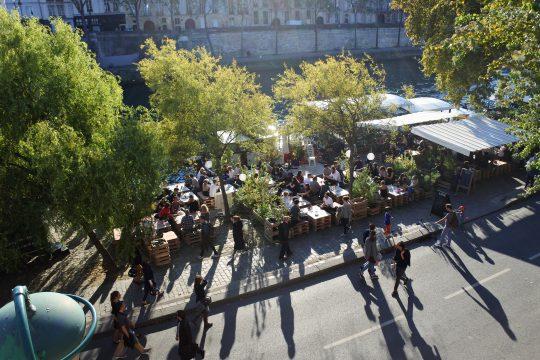 Libérées des autos, les berges de la Seine sont très fréquentées.