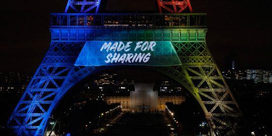 Les responsables de la candidature à l'organisation des Jeux olympiques de Paris 2024 ont étalé leur slogan Made for sharing sur la tour Eiffel, au cours d'une cérémonie de lancement « intégralement en anglais ».